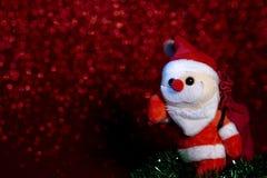 För prickbokeh för jul röd bakgrund och jultomten med påsen fotografering för bildbyråer
