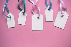 För prisförsäljning för tomt papper etiketter på rosa bakgrund Royaltyfria Bilder