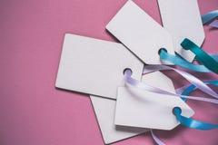 För prisförsäljning för tomt papper etiketter på rosa bakgrund Royaltyfria Foton