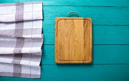 för prydnadpapper för bakgrund geometrisk gammal tappning Skärbräda- och plädbordduk på den blåa trätabellen Bästa sikt och åtlöj arkivbilder