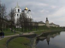 för pskov för helig kloster för grottadormitionportar pechersky russia pskovo vinter Pskov Kreml, invallning royaltyfri fotografi