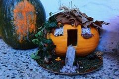 För pumpastålar för Avantgarde halloween sniden lykta för nolla som huset i trän, eventuellt häxahus Royaltyfri Fotografi