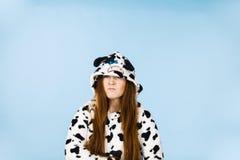 För pyjamastecknad film för kvinna bärande ilsket uttryck Arkivbild