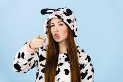 För pyjamastecknad film för kvinna bärande ilsket uttryck Royaltyfri Foto