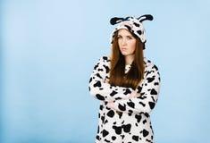 För pyjamastecknad film för kvinna bärande ilsket uttryck Royaltyfri Bild