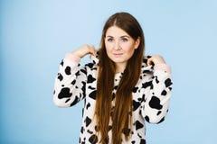 För pyjamastecknad film för kvinna bärande le Royaltyfria Foton