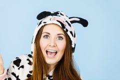För pyjamastecknad film för kvinna bärande le Royaltyfri Fotografi