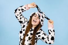 För pyjamastecknad film för kvinna bärande le Arkivfoton