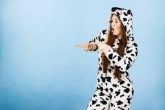 För pyjamastecknad film för kvinna bärande peka Royaltyfri Fotografi