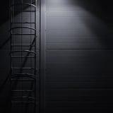 För räddningsaktiontillträde för brand nöd- trappa för stege för flykt, takunderhållstrappa på natten, ljus glänsande lyktalampbe Royaltyfri Foto