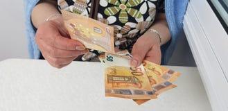 för räkningseuro för hög kvinna fattiga klädda pengar för kassa arkivbilder