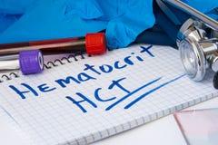 För räkningstillvägagångssätt för Hematocrit HCT provrör för laboratorium för prov för blod med blod, stetoskopet, suddet eller f Royaltyfria Bilder
