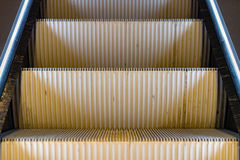 För rörande underjordisk gångtunnel rulltrappatunnelbana för tunnelbana inga personer Royaltyfri Foto