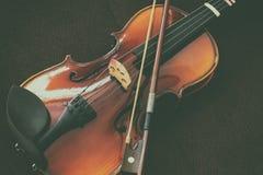 För radmusik för fiol klassiskt instrument royaltyfria foton