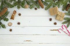 För ramjul för nytt år garnering på vit träplankabakgrund Lekmanna- lägenhet, bästa sikt Granträdet, sörjer conecinnamon fotografering för bildbyråer