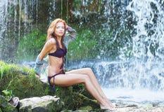 för redheadvatten för caucasian fit near barn för kvinna Fotografering för Bildbyråer
