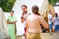 För reenactmentstridighet för keltisk festival medeltida duell Royaltyfria Bilder