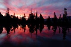 för reflexionstoppig bergskedja för lake ii solnedgång Arkivfoton