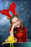 För regnhjortar för gullig flicka bärande dräkt för jul Fotografering för Bildbyråer