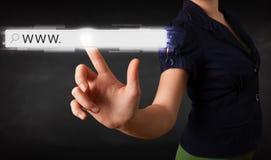 För rengöringsdukwebbläsare för ung affärskvinna rörande stång för adress med www si arkivfoto