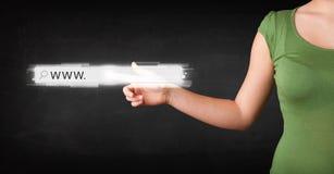 För rengöringsdukwebbläsare för ung affärskvinna rörande stång för adress med www si Royaltyfri Fotografi
