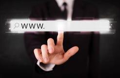För rengöringsdukwebbläsare för ung affärsman rörande stång för adress med det www tecknet Fotografering för Bildbyråer