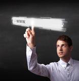 För rengöringsdukwebbläsare för ung affärsman rörande stång för adress med det www tecknet Arkivbild