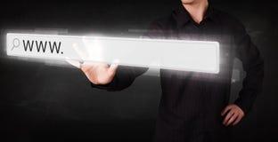För rengöringsdukwebbläsare för ung affärsman rörande stång för adress med det www tecknet Royaltyfri Fotografi