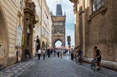 för republiktown för cesky tjeckisk krumlov medeltida gammal sikt Östligt torn av Charles Bridge i Prague Juni 13, 2016 Arkivbild