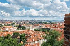 för republiktown för cesky tjeckisk krumlov medeltida gammal sikt Belade med tegel tak av hus av Prague Juni 13, 2016 Arkivfoto