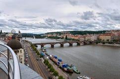 för republiktown för cesky tjeckisk krumlov medeltida gammal sikt Broar av Prague på den Vltava floden 17 juni 2016 Royaltyfri Fotografi