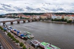 för republiktown för cesky tjeckisk krumlov medeltida gammal sikt Broar av Prague på den Vltava floden 17 juni 2016 Fotografering för Bildbyråer