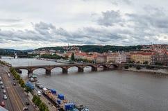 för republiktown för cesky tjeckisk krumlov medeltida gammal sikt Broar i Prague på den Vltava floden Fotografering för Bildbyråer