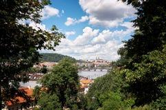 för republiktown för cesky tjeckisk krumlov medeltida gammal sikt Broar i Prague på den Vltava floden Royaltyfri Foto
