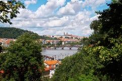 för republiktown för cesky tjeckisk krumlov medeltida gammal sikt Broar i Prague på den Vltava floden Royaltyfri Bild