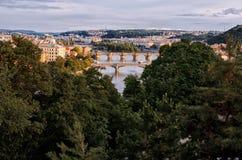 för republiktown för cesky tjeckisk krumlov medeltida gammal sikt Broar på Vltavaen härlig prague för afton för certovkastadsområ Arkivfoton