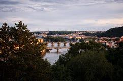för republiktown för cesky tjeckisk krumlov medeltida gammal sikt Broar på Vltavaen härlig prague för afton för certovkastadsområ Royaltyfria Bilder