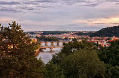 för republiktown för cesky tjeckisk krumlov medeltida gammal sikt Broar på Vltavaen härlig prague för afton för certovkastadsområ Royaltyfria Foton