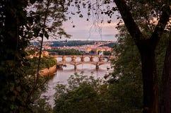 för republiktown för cesky tjeckisk krumlov medeltida gammal sikt Broar på Vltavaen härlig prague för afton för certovkastadsområ Royaltyfri Fotografi