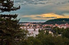 för republiktown för cesky tjeckisk krumlov medeltida gammal sikt Broar på Vltavaen härlig prague för afton för certovkastadsområ Arkivfoto