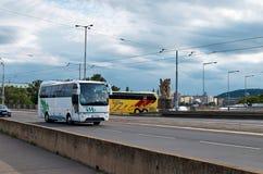 för republiktown för cesky tjeckisk krumlov medeltida gammal sikt bussar två Juni 11, 2016 Arkivbilder