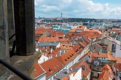 för republiktown för cesky tjeckisk krumlov medeltida gammal sikt En sikt av tegelplattataken av hus av Prague från en höjd av de Arkivfoto