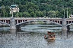 för republiktown för cesky tjeckisk krumlov medeltida gammal sikt Fartyget på den Vltava floden i Prague Juni 13, 2016 Arkivfoto