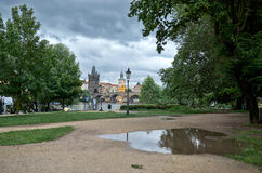 för republiktown för cesky tjeckisk krumlov medeltida gammal sikt Flod Vltava och Charles Bridge i Prague 17 juni 2016 Arkivfoton