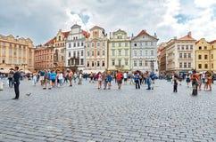 för republiktown för cesky tjeckisk krumlov medeltida gammal sikt Folket kopplar av på den gamla stadfyrkanten i Prague Royaltyfria Bilder