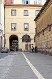 för republiktown för cesky tjeckisk krumlov medeltida gammal sikt Klementium Skulptur av flickasammanträdet på väggen 15 Juni 201 Royaltyfri Foto
