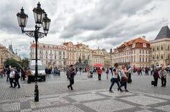 för republiktown för cesky tjeckisk krumlov medeltida gammal sikt Prague Lykta på gammal stadfyrkant 15 Juni 2016 Arkivbilder