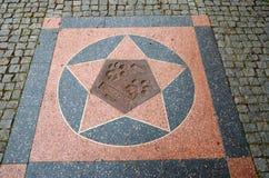 för republiktown för cesky tjeckisk krumlov medeltida gammal sikt Prague Prague zoo Spår av tafsar av ett lejon Juni 12, 2016 Royaltyfria Bilder