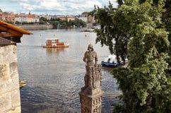 för republiktown för cesky tjeckisk krumlov medeltida gammal sikt Prague Vakten nära Charles Bridge 15 Juni 2016 Royaltyfri Bild