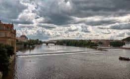 för republiktown för cesky tjeckisk krumlov medeltida gammal sikt Sikt av den Vltava floden i Prague Juni 13, 2016 Arkivfoto